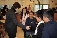 dzieci witające się z nauczycielką