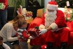 Mikołaj rozdający prezenty