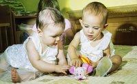 Dwójka bawiących się dzieci