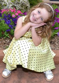dziewczynka w sukience w kropki