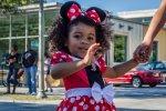 dziewczynka w stroju Myszki Miki